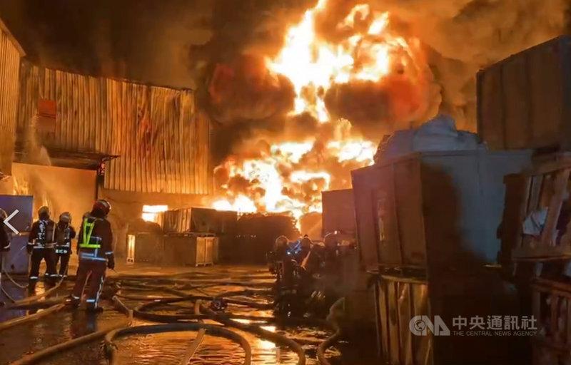 台中市后里區一間橡膠工廠20日凌晨發生火警,因廠內存放橡膠、塑膠等易燃物質,火勢猛烈,消防局獲報趕往救援。(民眾提供)中央社記者趙麗妍傳真 110年2月20日