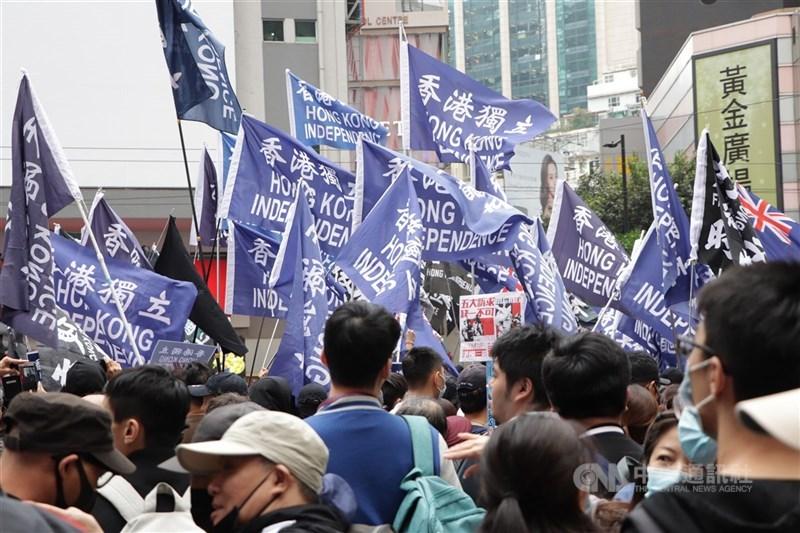 外媒報導,旅美中國民運人士發起「新黃雀行動」,救援香港流亡抗爭者。圖為反送中民眾高舉「香港獨立」與「光復香港,時代革命」旗幟。(中央社檔案照片)