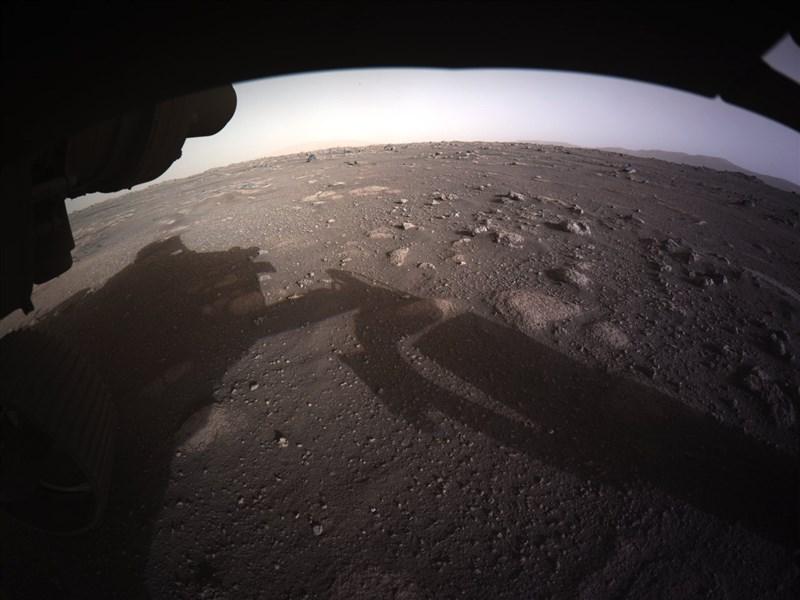 毅力號傳遞首張高解析度的彩色照片,顯示降落在杰哲羅隕石坑平坦地區的狀況。(圖取自twitter.com/NASA)
