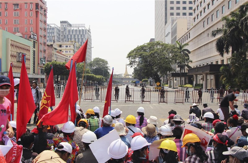 緬甸反政變示威少女苗兌兌凱日前頭部中彈19日不治,再度引發民眾對軍方的新怒火。圖為仰光民眾19日上街示威。(共同社)