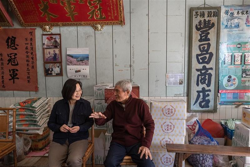 前總統府國策顧問黃崑濱(右)辭世,總統蔡英文在臉書發文懷念說,崑濱伯和無米樂,是每一個台灣人心中的鄉愁。(圖取自facebook.com/tsaiingwen)