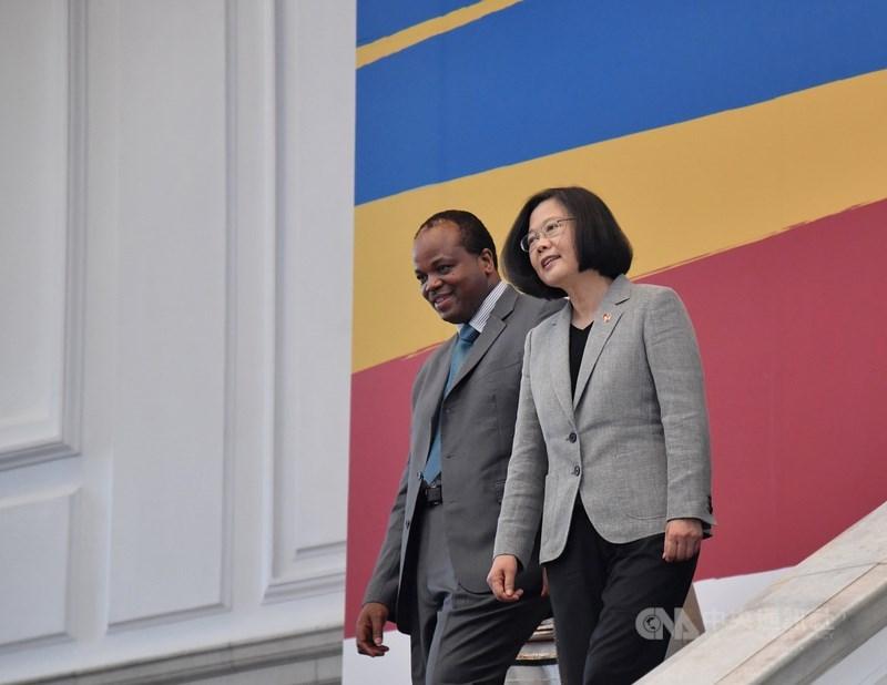 非洲史瓦帝尼王國的國王恩史瓦帝三世(左)19日表示,他使用台灣贈送的抗病毒藥物後,染患的2019冠狀病毒疾病已痊癒。圖為2018年總統蔡英文(右)在總統府會晤恩史瓦帝三世。(中央社檔案照片)