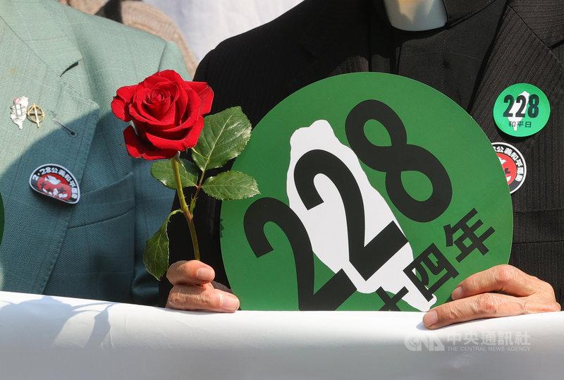 二二八事件74週年,多個民團21日號召群眾走上街頭,舉辦「228.0紀念行動—拆除威權.起造新國家」活動,盼大家面對歷史真相,持續落實推動轉型正義。中央社記者謝佳璋攝 110年2月21日