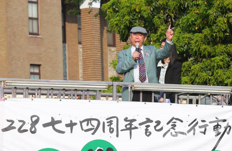 多個民間團體21日走上街頭紀念二二八,人權律師李勝雄(前)出席並表示,台北市政府與台灣國家聯盟28日將合辦紀念活動,北市府竟邀請前國民黨主席馬英九演講,這對受難者、對台灣人是一大侮辱。中央社記者謝佳璋攝 110年2月21日