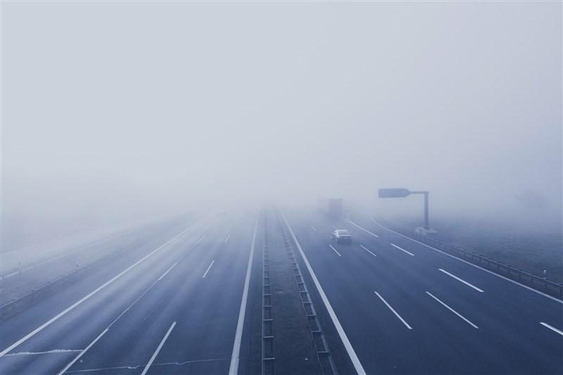 警方建議,駕駛遇濃霧務必減速、拉大車距、開霧燈,確保安全。(圖取自Pixabay圖庫)