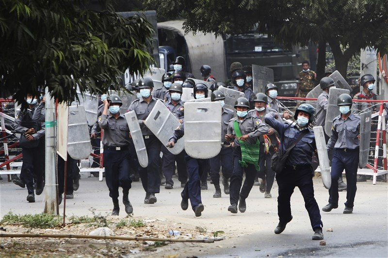 社群媒體巨擘臉書25日表示,已禁止緬甸軍方使用臉書和Instagram平台,因為他們對示威民眾動武釀成死傷。圖為緬甸安全部隊20日驅散仰光示威者。(美聯社)