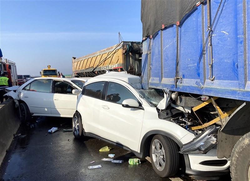 台61線西部濱海快速公路北上254公里處21日上午發生20部大小車輛追撞車禍,自小客車遭大型車輛前後追撞,嚴重扭曲變形。(嘉義縣消防局提供)中央社記者黃國芳傳真 110年2月21日
