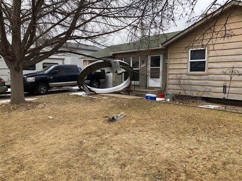 美國聯航一架班機20日起飛不久右側發動機即故障,大型碎片四處散落,差點擊中地面住家。(圖取自twitter.com/BroomfieldPD)