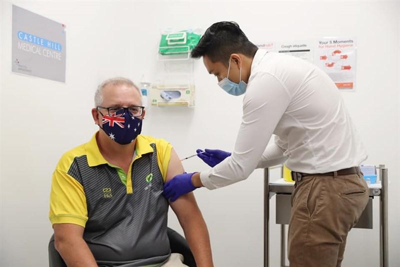 澳洲21日展開全國接種計畫,總理莫里森(左)率先施打輝瑞/BNT疫苗第一劑。(圖取自facebook.com/scottmorrison4cook)