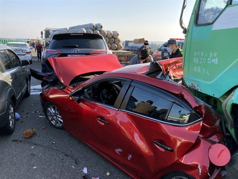 台61線西部濱海快速公路北上254公里處21日上午發生20部大小車輛追撞車禍,自小客車遭大型車輛前後夾擊。(嘉義縣消防局提供)