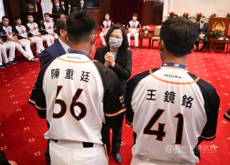 總統蔡英文(中)22日在總統府接見「2020年中華職棒總冠軍統一7-ELEVEn獅隊」,一一向球員拱手致意。中央社記者張新偉攝 110年2月22日