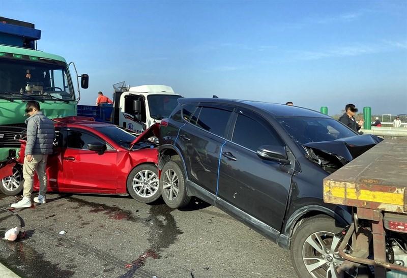 台61線西部濱海快速公路北上254公里處21日上午發生20部大小車輛追撞車禍。(嘉義縣消防局提供)