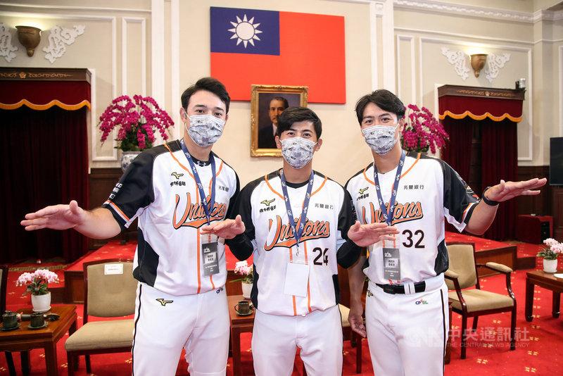 總統蔡英文22日接見2020年中華職棒總冠軍統一7-ELEVEn獅隊,蔡總統特別點名「外野三帥」陳傑憲(中)、蘇智傑(右)、林安可(左),誇他們雖戴著口罩還是帥,3人是首次進總統府。中央社記者張新偉攝 110年2月22日
