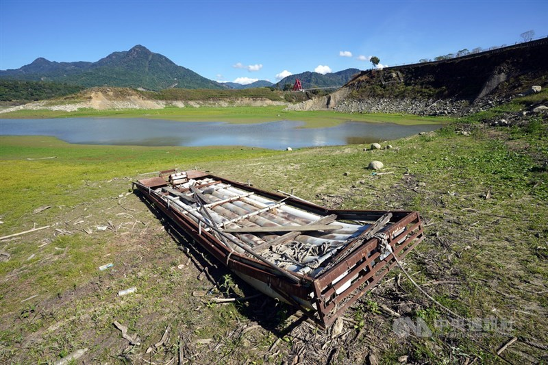 台灣旱象持續,目前曾文水庫存量僅剩15%。圖為曾文水庫上游集水區、大埔湖濱公園附近乾枯見底。(中央社檔案照片)