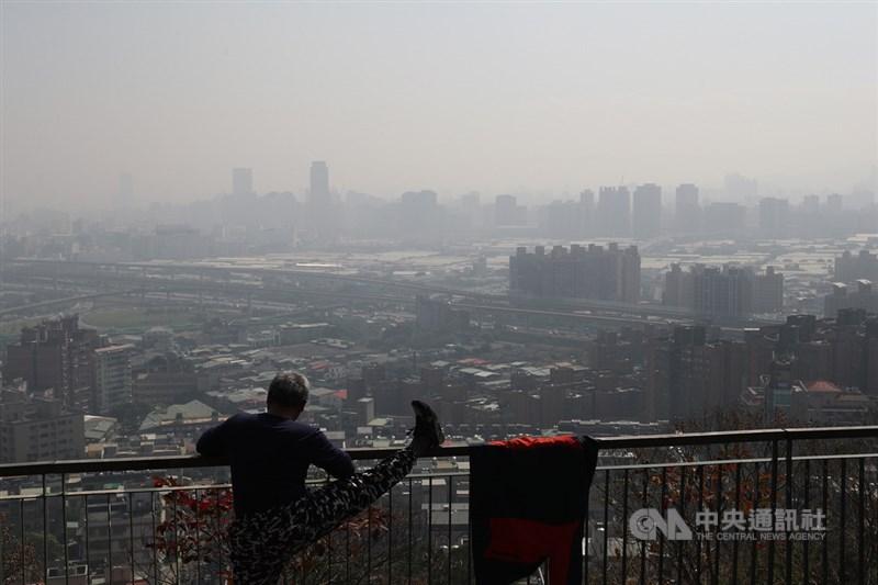 環保署22日表示,西半部擴散條件不佳,易累積污染物,北部、雲嘉南空氣品質不佳。圖為新北市五股6日空氣品質不佳。(中央社檔案照片)