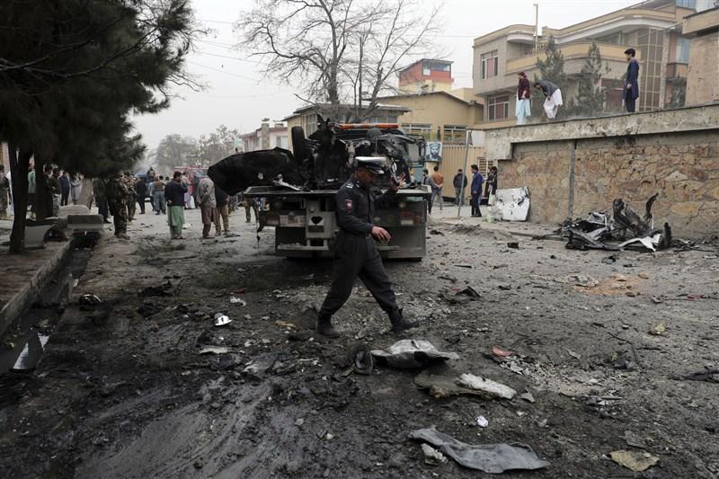 阿富汗首都喀布爾21日發生爆炸事件,喀布爾警方發言人法拉瑪茲表示,已知至少2人喪命,另有5人受傷。圖為喀布爾爆炸現場。(美聯社)