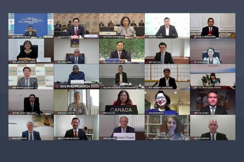 2021年亞太經濟合作會議貿易部長會議5月登場,主辦國紐西蘭將推動APEC成員經濟體間防疫必需品貿易免關稅。圖為2020年APEC成員國視訊進行貿易部長會議。(圖取自APEC網頁apec.org)