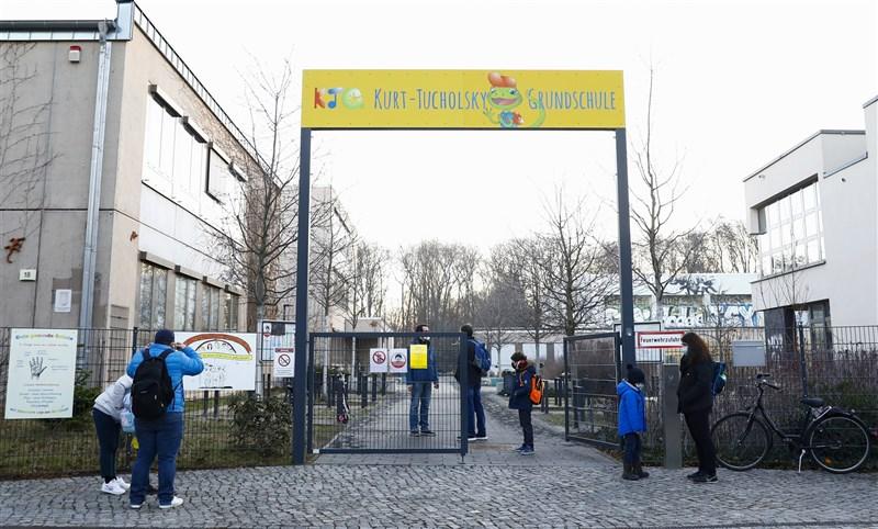 世界衛生組織3月4日表示,武漢肺炎的新增人數在連6週減少後,上週再度增加。圖為德國小學與幼兒園學童2月22日恢復上課,這是兩個月來首次。(安納杜魯新聞社)