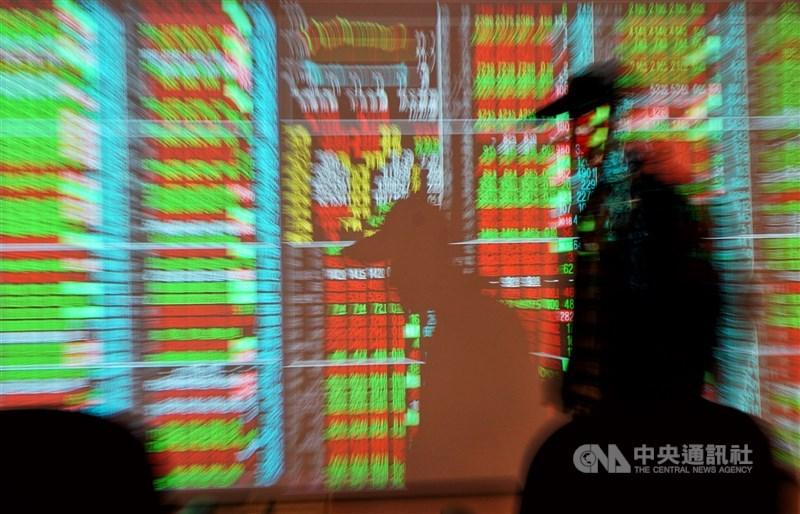 台股23日開低震盪走高,早盤一度下跌近200點,在金融及非電金族群撐盤下,加權指數震盪走高,終場收在16443.4點,上漲33.24點。(中央社檔案照片)