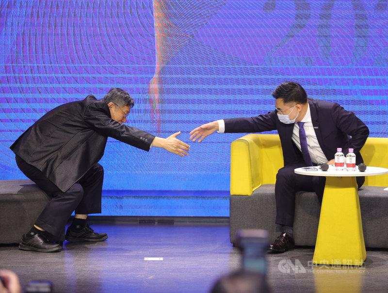 國民黨24日舉辦「願景台灣2030」第二場論壇,以「活不起的未來」為主題,聚焦居住正義、分配正義、低薪等社會議題,國民黨主席江啟臣(右)、台北市長柯文哲(左)同台出席。中央社記者謝佳璋攝 110年2月24日