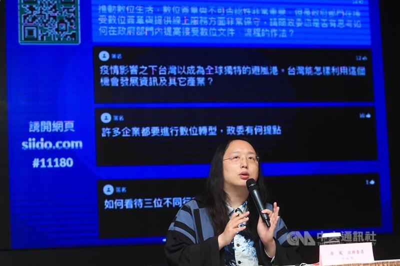 國中起輟學的政務委員唐鳳告訴日本朝日新聞,不去學校也沒關係「但不能放棄學習」。孩子不上學的時間,其實就是尋找新興趣的機會。(中央社檔案照片)