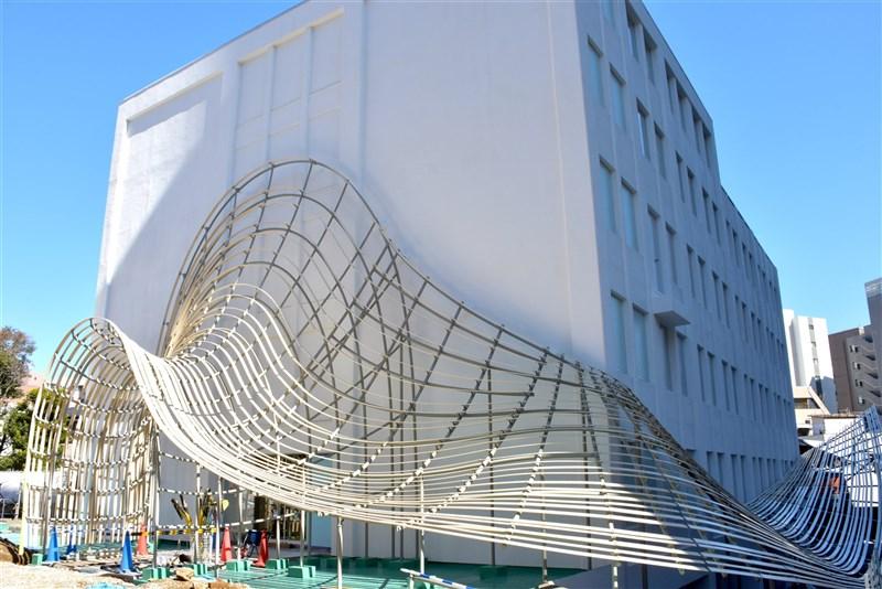 日本早稻田大學國際文學館(俗稱村上春樹圖書館)由知名建築師隈研吾設計,預計2021年秋天開館。圖為2月該館施工狀況。(圖取自twitter.com/waseda_WIHL)