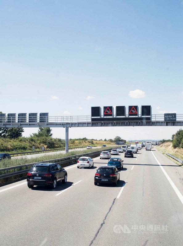 由於車輛和施工路段多,德國的高速公路經常塞車,已經不像往年順暢。(ADAC/Daniel Delang提供)中央社記者林育立柏林傳真 110年2月24日