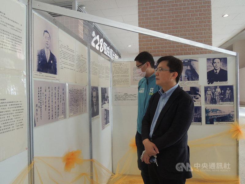 「二二八歷史圖片展」25日起到28日在行政院中部聯合服務中心大禮堂舉行,立委張廖萬堅(前)、台中市議員林德宇(後)出席開幕式。中央社記者郝雪卿攝  110年2月25日