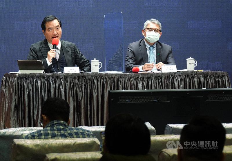 行政院會後記者會25日在新聞中心舉行,由發言人羅秉成(左)主持,內政部次長花敬群(右)出席說明政策。中央社記者鄭傑文攝  110年2月25日