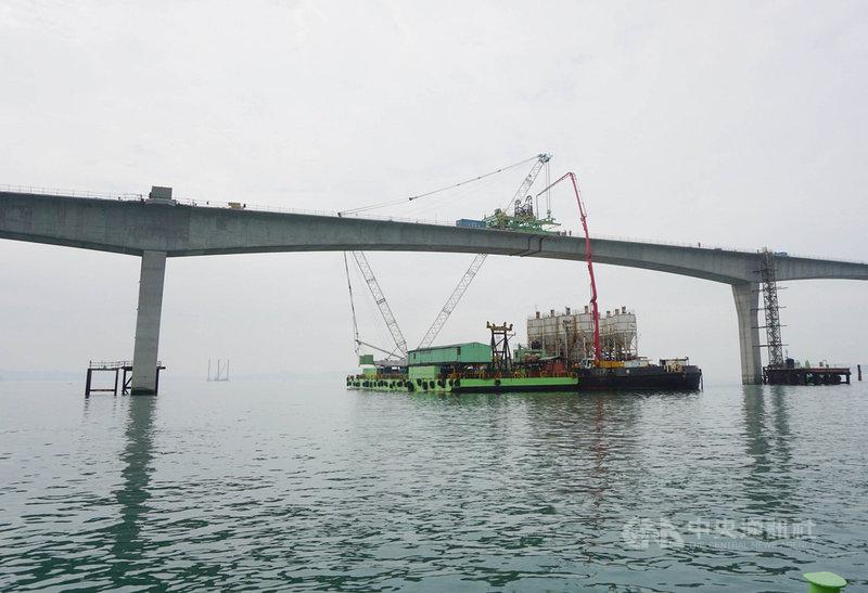交通部長林佳龍25日視察金門大橋工程進度,見證深槽區第一塊上構節塊合攏的歷史時刻。中央社記者黃慧敏攝  110年2月25日