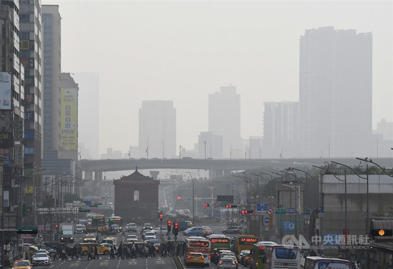 中央氣象局表示,25日北部空氣品質不良,預估26日下午東北季風增強後緩解。圖為台北車站前午後空中一片灰濛。中央社記者施宗暉攝 110年2月25日