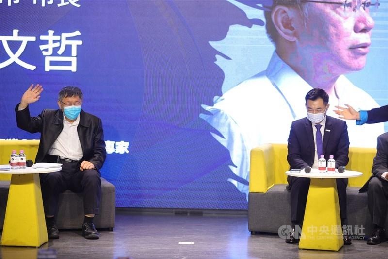 國民黨24日舉辦「願景台灣2030」論壇,以「活不起的未來」為主題,聚焦居住正義、分配正義、低薪等社會議題,國民黨主席江啟臣(右)、身兼台灣民眾黨主席的台北市長柯文哲(左)出席,與專家學者等人對談。中央社記者謝佳璋攝 110年2月24日