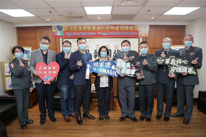 劼科生物科技及鈺祥企業25日捐贈50桶長效抗菌防護液、5萬片口罩等防疫物資,並給予軍醫局及陸軍33化學兵群運用。(軍聞社提供)中央社記者游凱翔傳真 110年2月25日