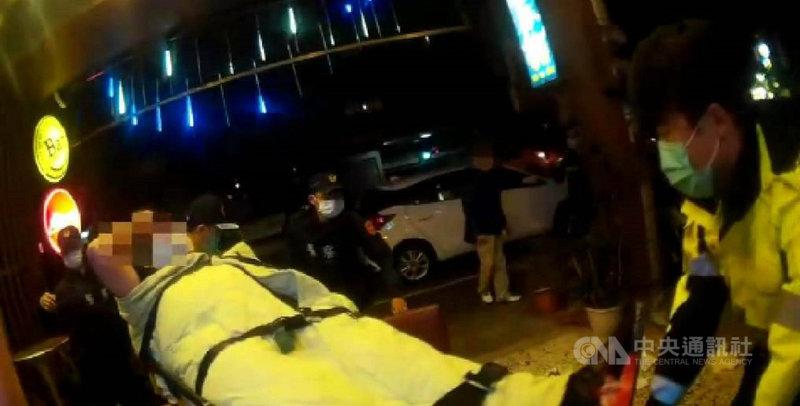 黃姓男子等4人25日凌晨在台中市一家餐酒館談生意,席間雙方發生口角,黃男與潘男持酒瓶毆打另外2人後逃逸,警方獲報後啟動快打部隊到場,並將現場2名傷者送醫。(翻攝照片)中央社記者蘇木春傳真  110年2月25日