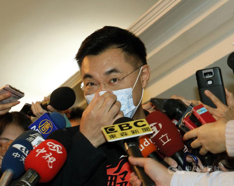 國民黨主席江啟臣邀民眾黨主席柯文哲參加論壇,引發黨內議論,甚至傳出「倒江」聲浪。江啟臣(中)25日受訪表示,有不同的聲音不代表分裂,是溝通的開始,論壇籌備過程的溝通聯繫有問題與瑕疵,這部分會檢討。中央社記者郭日曉攝 110年2月25日