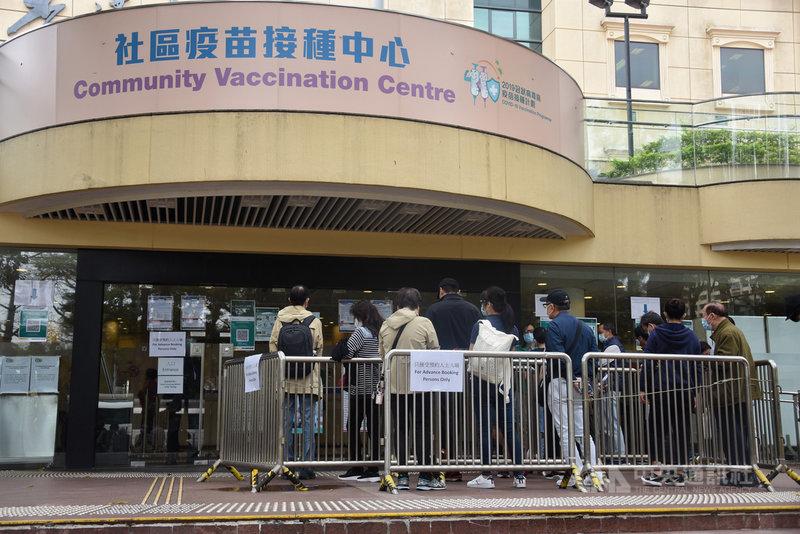 香港當局26日起為優先市民群組包括60歲以上人士接種中國科興公司的COVID-19疫苗。圖為已預約的市民在疫苗接種中心排隊。(中通社提供)中央社 110年2月26日
