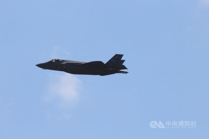 美國空軍高層透露,他們希望研發一款用得起的新輕型戰機,以取代F-16,輔助精密、昂貴而數量較少的匿蹤戰機。美媒解讀這形同間接承認F-35戰機計畫失敗。圖為2018年在沖繩嘉手納基地的美軍F-35A。中央社記者陳亦偉攝 110年2月26日
