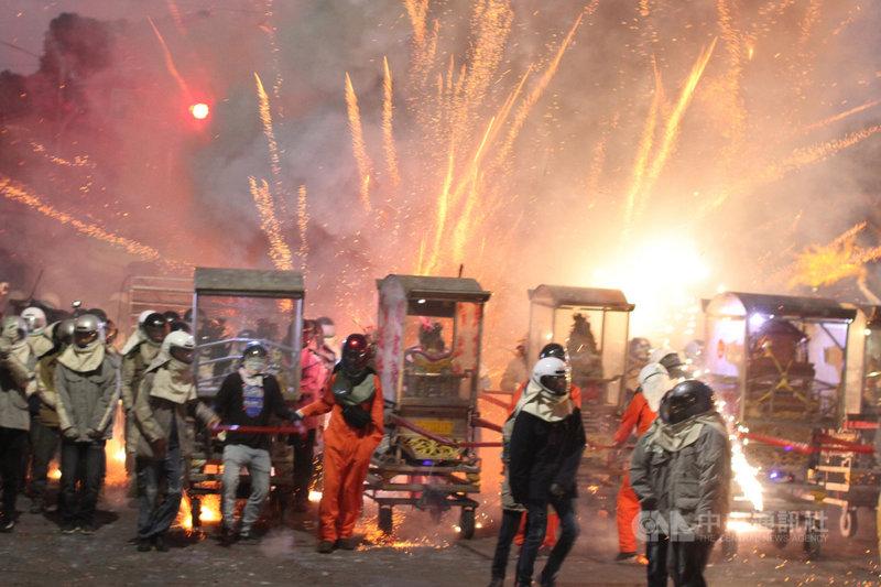 台南鹽水蜂炮活動26日登場,因應防疫,活動改為集中施放且不開放民眾參觀,雖然沒有往年大批人潮擠在炮城前的熱鬧場景,但施放時場面仍相當壯觀。中央社記者楊思瑞攝  110年2月26日