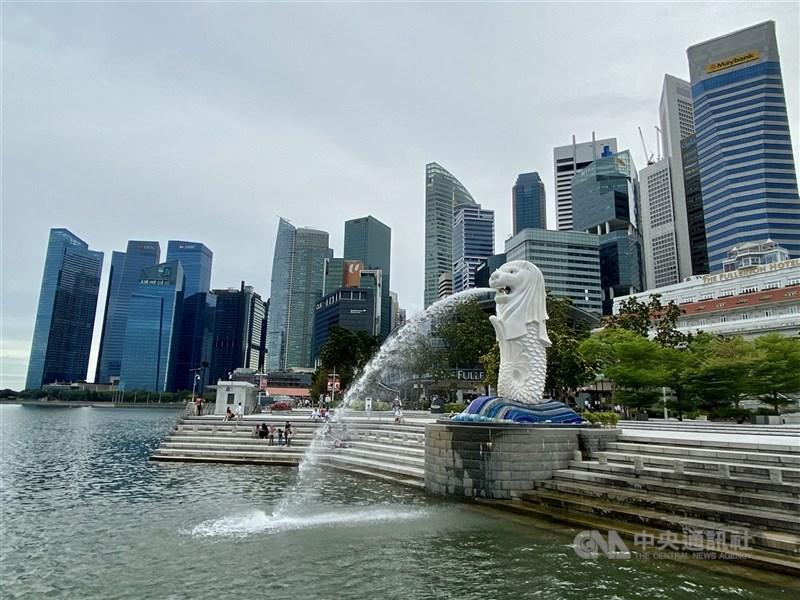 一名英國籍男子去年9月在新加坡隔離期間違規離開飯店房間,被法院判處坐牢2週及罰款新幣1000元。圖為新加坡著名地標魚尾獅。(中央社檔案照片)