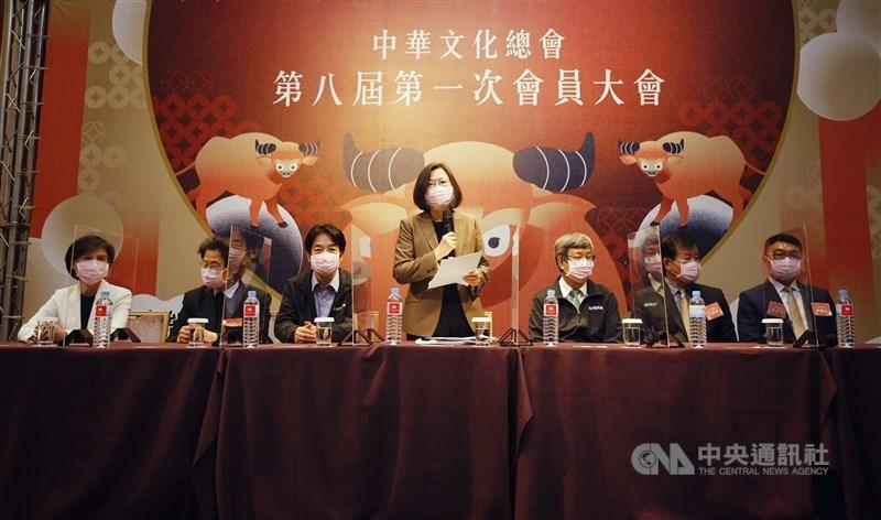 總統蔡英文(中)26日在會員大會致詞時,揭示新團隊未來三大努力方向,強調將繼續為深耕台灣文化努力。(中華文化總會提供)中央社記者葉冠吟傳真 110年2月26日
