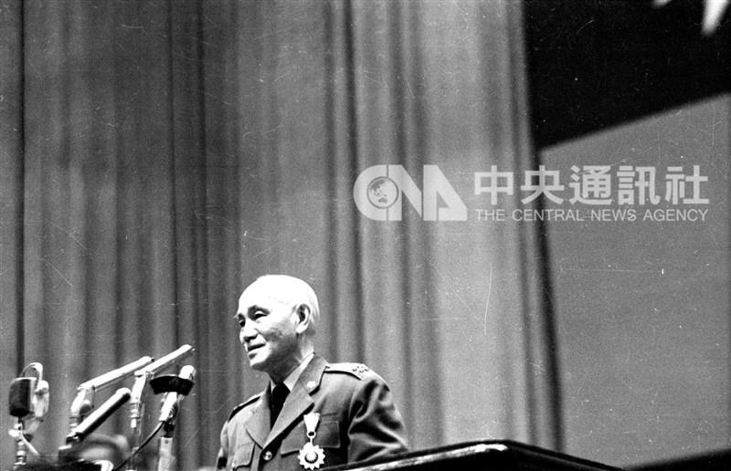 促轉會台灣轉型正義資料庫研究26日發表,1950年代是政治案件終審高峰,以故總統蔣介石參與決策超過4千次最多。(中央社檔案照片)