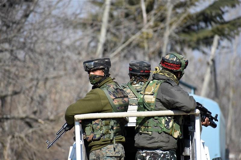 印度與巴基斯坦國防部發表聯合聲明宣布,印度與巴基斯坦同意於25日凌晨零時起,在克什米爾印巴控制線沿線停火。圖為印屬克什米爾地區的印度軍人。(安納杜魯新聞社)