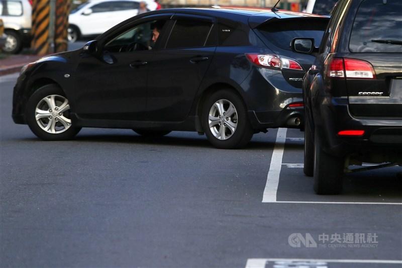 台北市長柯文哲26日在交通會報上聽取停車費欠繳情形,認為應「認車不認人」,一週沒繳錢就不准停公有停車場。(示意圖/中央社檔案照片)