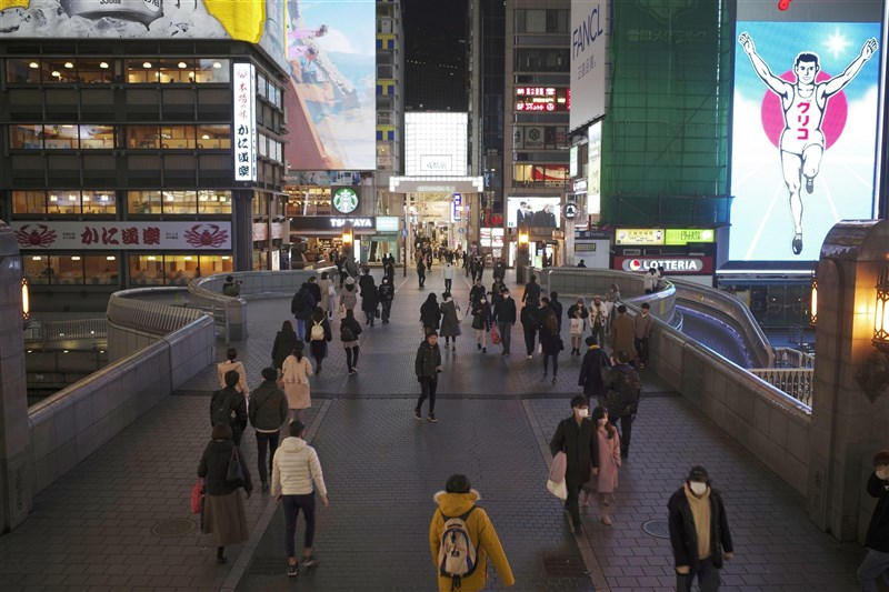 日本京阪等6府縣「緊急事態宣言」28日起正式解除,目前僅剩包括東京都在內的首都圈1都3縣仍處於「緊急事態宣言」期間。圖為26日大阪道頓堀。(共同社)