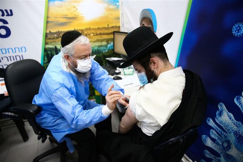 全球已有數以十億計的人接種到COVID-19疫苗,不過沒有一款疫苗能提供100%防護;包括烏拉圭、美國、英國、以色列等疫苗覆蓋率高的地方,都出現疫情復燃情況。圖為以色列民眾接種疫苗。(安納杜魯新聞社)