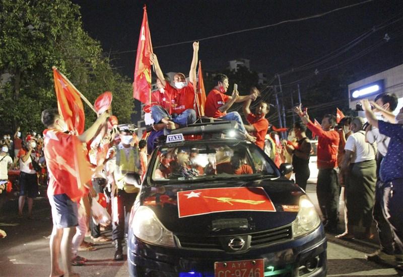 緬甸軍方月初發動政變,軍方指派的選舉委員會26日宣布2020年選舉結果無效。圖為2020年11月全國民主聯盟勝選後支持者在街頭慶祝。(共同社)