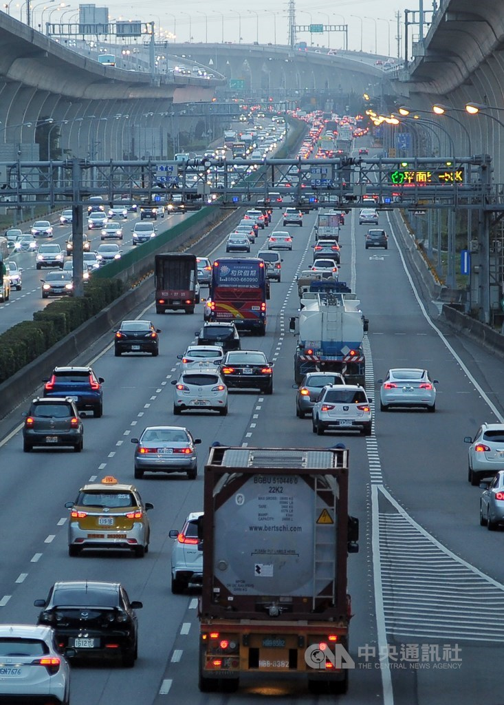 高速公路局觀測,西部國道北部路網26日下午4時後陸續湧現車潮,除了下班車流外,也有部分是返鄉或出遊。(中央社檔案照片)