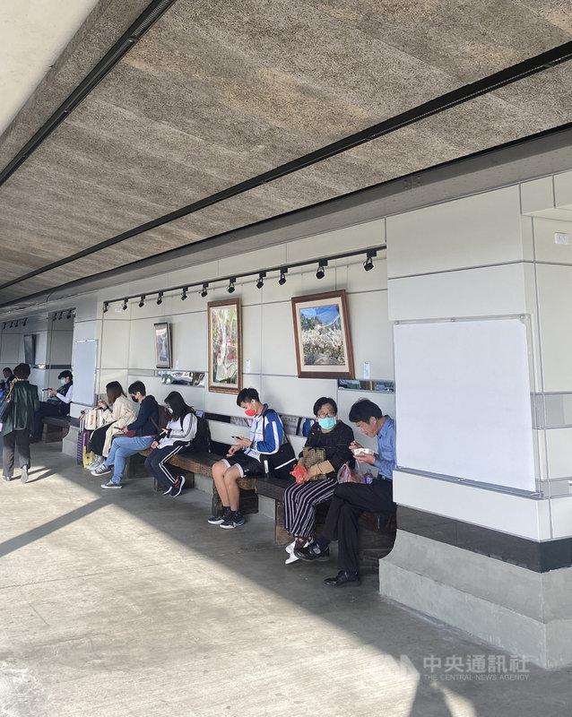 台鐵彰化站整修工程已大致完工,月台區候車椅將全面改為枕木椅,月台牆面因火車經過月台會產生鐵鏽而設計成乳白色;為免牆面單調,也特別在月台牆面和站內天橋展出畫作,讓冷冰冰的火車站線條變柔和。中央社記者吳哲豪彰化攝  110年2月26日