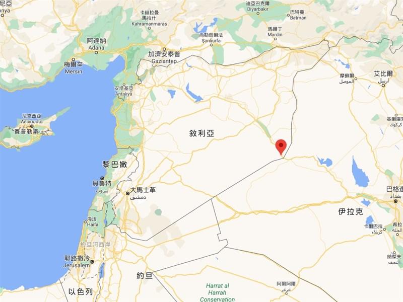 美軍25日在敘利亞阿布卡瑪市(紅標處)附近空襲擊中3輛載著彈藥從伊拉克駛進的卡車,造成至少17人死亡。(圖取自Google地圖google.com.tw/maps)