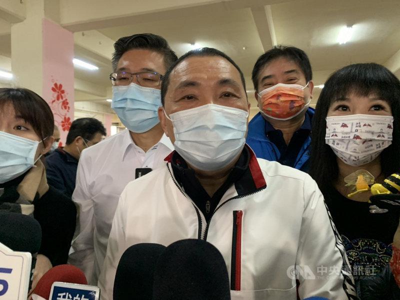 中國宣布3月起暫停進口台灣鳳梨,新北市長侯友宜(中)27日表示,台灣鳳梨甜度高、多汁,含豐富維他命,受世界歡迎,市場絕不要只在單一國家;現在面臨中國問題,政府更應平心靜氣雙向溝通。中央社記者沈佩瑤攝 110年2月27日